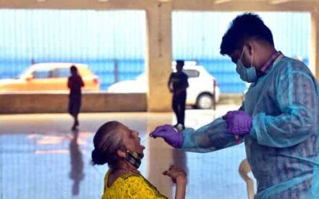 BMC medical staff collects swab samples of residents for RT-PCR test at Sewri, in Mumbai (HT)