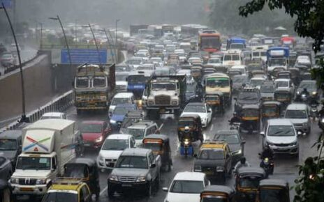 Traffic jam as vehicles ply on Western Express Highway during heavy rains, at Vile Parle, in Mumbai (HT PHOTO)