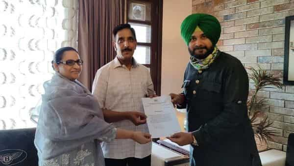 Navjot Singh Sidhu with Mohammad Mustafa and his wife and Punjab cabinet minister Razia Sultana.