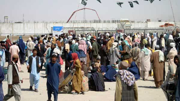 People gather to cross into Afghanistan at the Friendship Gate crossing point at the Pakistan-Afghanistan border town of Chaman, Pakistan September 2, 2021. (Photo: Reuters)