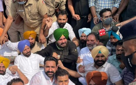 Sidhu, Other Cong Leaders Hold Protest Outside Punjab Governor's House