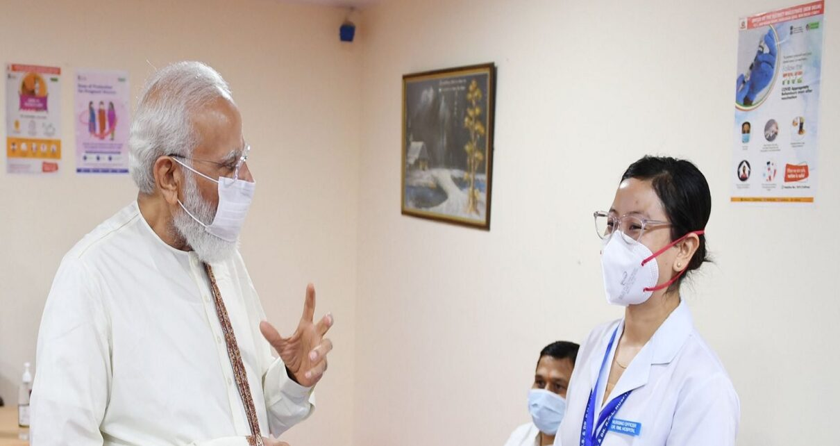 What conversation did pm modi with nurse christina of rml hospital covid 19 vaccination completed 1 billion nodrss